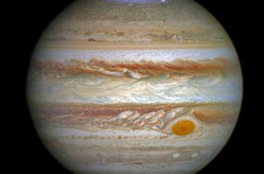 La reconnexion magnétique à basse altitude pourrait-elle alimenter les aurores polaires de Jupiter ?