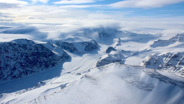Montagnes couvertes de glace et de neige de la côte ouest du Groenland