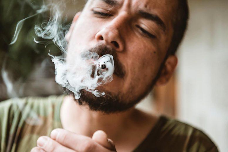 Fumer du joint de marijuana